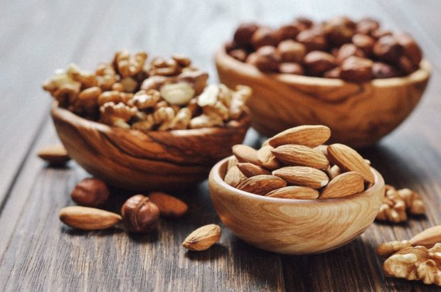 greek-superfoods-almonds-walnuts-amygdala-karydia