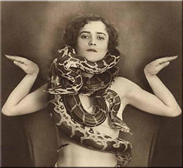 beautyexpert  snake woman  12 12 12, Ομορφιά: Παρελθόν Παρόν Μέλλον