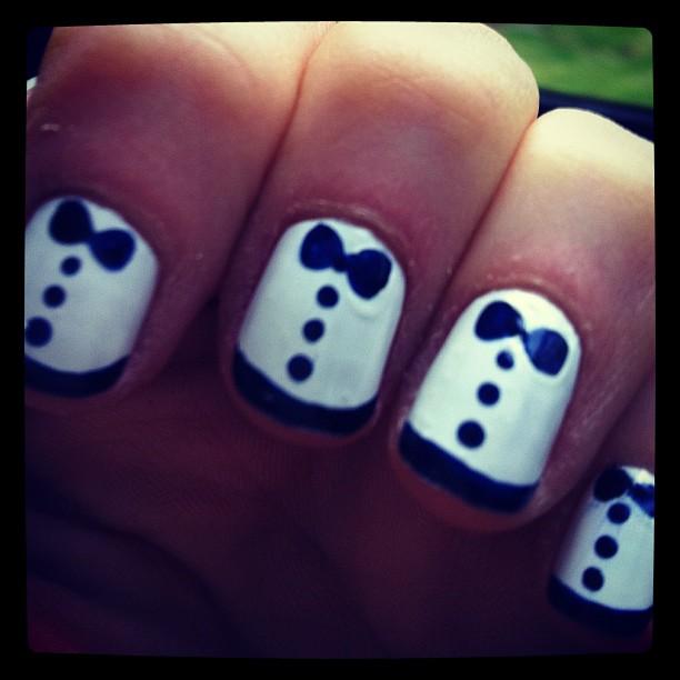 zoeydeschanel-tuxedo nails
